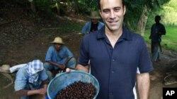 Penemu 'Black Ivory Coffee' atau Kopi Gading Hitam, Blake Dinkin, memegang keranjang berisi biji kopi yang dicampur dengan beberapa buah lainnya untuk memberi makan gajah-gajah di propinsi Chiang Rai (3/12). Kini pecinta kopi dapat menikmati kopi gajah, kopi termahal di dunia, dengan harga $50 secangkir.