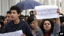 1月27日突尼斯抗议者高举标语