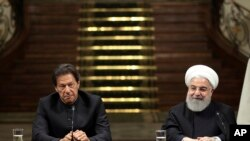 President Hassan Rouhani, right, and Pakistani Prime Minister Imran Khan, attend a joint press briefing, after their meeting at the Saadabad Palace in Tehran, Iran, Monday, April 22, 2019. (Iranian Presidency Office via AP)