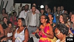 Emigrantes de Cabo Verde nos Estados Unidos, de visita à sua terra, homenageados com uma recepção oferecida pela embaixadora americana (Embaixada EUA)