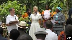 白宮顧問伊萬卡和美國國際開發署署長格林2019年4月17日在非洲科特迪瓦一個農場視察。