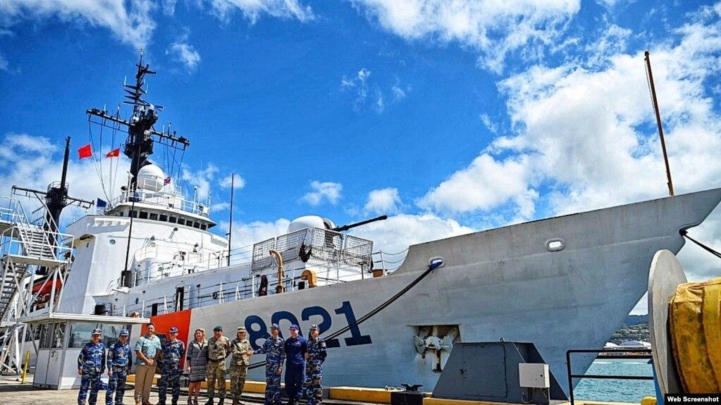 Các tướng Mỹ và thủy thủ đoàn Việt Nam trên tàu CSB 8021 tại Honlulu, Hawaii. Photo US Embassy Vietnam