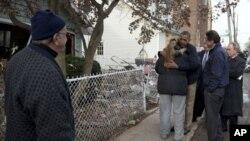 奥巴马总统和纽约市长布隆伯格、纽约州长库莫、纽约地区参议员舒默尔一起访问灾区慰问灾民