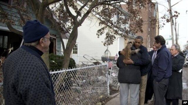 Predsednik Barak Obama, u pratnji gradonačelnika Njujorka i guvernera te savezne države, obilazi područje teško pogođeno u oluji Sendi