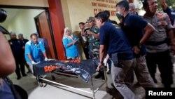 30일 인도네시아 자카르타의 병원 관계자들이 신원이 확인되지 않은 희생자를 급히 병원으로 이송하고 있다.