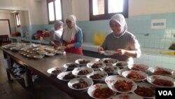 Các phụ nữ nấu nhiều loại 'rendang', một món cà ry truyền thống, chuẩn bị cho một buổi nếm món rendang