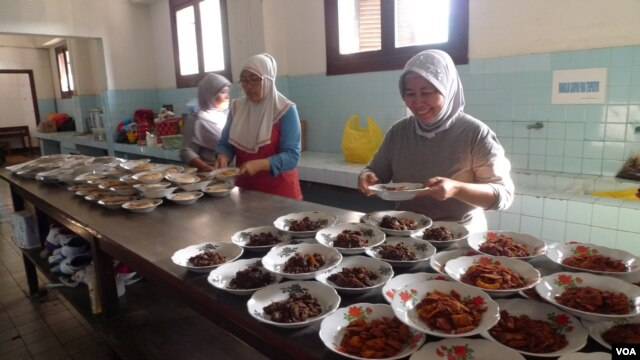 Women prepare several different types of rendang, a traditional spicy curry, for a rendang tasting on August 4. (VOA - S. Schonhardt)