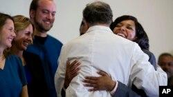 La enfermera Amber Vinson abraza al epidemiólogo de la Universidad Emory Bruce Ribner tras ser dada de alta este martes.