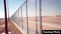 Pagar besi kuat buatan perusahaan'Riverdale Mills' sudah dipasang di perbatasan negara bagian Arizona dengan Meksiko.