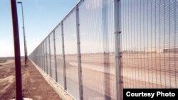 Pabrik Riverdale Mills dari Northbridge, Massachusetts, membuat pagar di sepanjang perbatasan negara bagian Arizona dengan Meksiko (foto: dok).