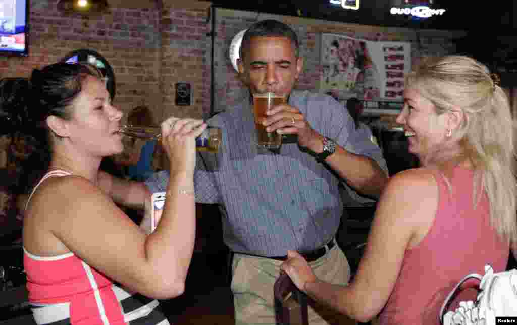 El 5 de julio, el mandatario disfrutó una cerveza con Jennifer Klanac (izquierda) y Suzanne Woods (derecha) en el Ziggy's Pub en Amherst, Ohio.