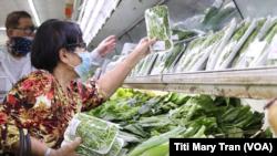 Cư dân vùng Little Saigon đi chợ và cân nhắc giá cả