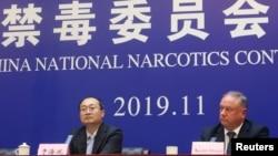 中國國家禁毒委員會辦公室副主任於海斌與美國國土安全部駐華官員摩爾在河北邢台舉行記者會宣布法庭對向美國販賣芬太尼的9名罪犯的判決結果(2019年11月7日)
