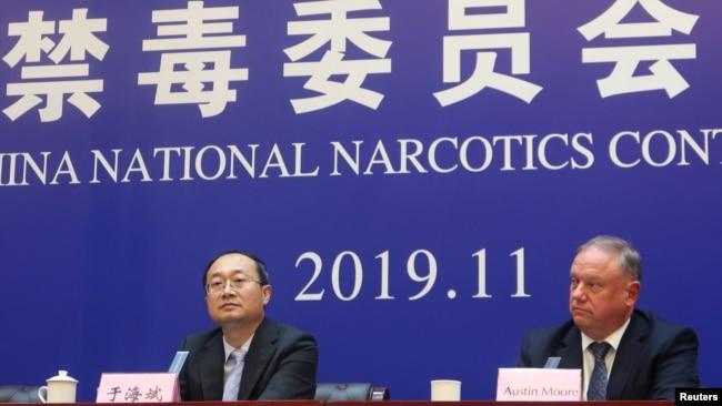 中国国家禁毒委员会办公室副主任于海斌与美国国土安全部驻华官员摩尔在河北邢台举行记者会宣布法庭对向美国贩卖芬太尼的9名罪犯的判决结果(2019年11月7日)