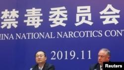 中国国家禁毒委员会办公室副主任于海斌与美国国土安全部驻华官员摩尔在河北邢台举行记者会宣布法庭对向美国贩卖芬太尼的罪犯判决结果。(2019年11月7日)