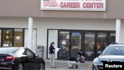 Агенты ФБР работают на месте убийства. Чаттануга, Теннесси, 16 июля 2015.