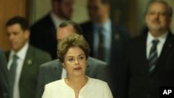 Presiden Brazil Dilma Rousseff didampingi para menteri dalam konferensi pers menyusul dimulainya sidang pemakzulan dirinya di Kongres, di Brasilia, Brazil (2/12). (AP/Eraldo Peres)