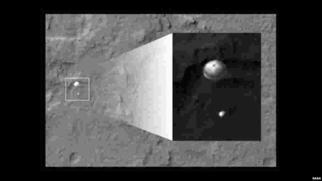 El Curiosity y su paracaídas fueron captados durante su descenso en esta imagen de la Órbita de Reconocimiento de la NASA para Marte.