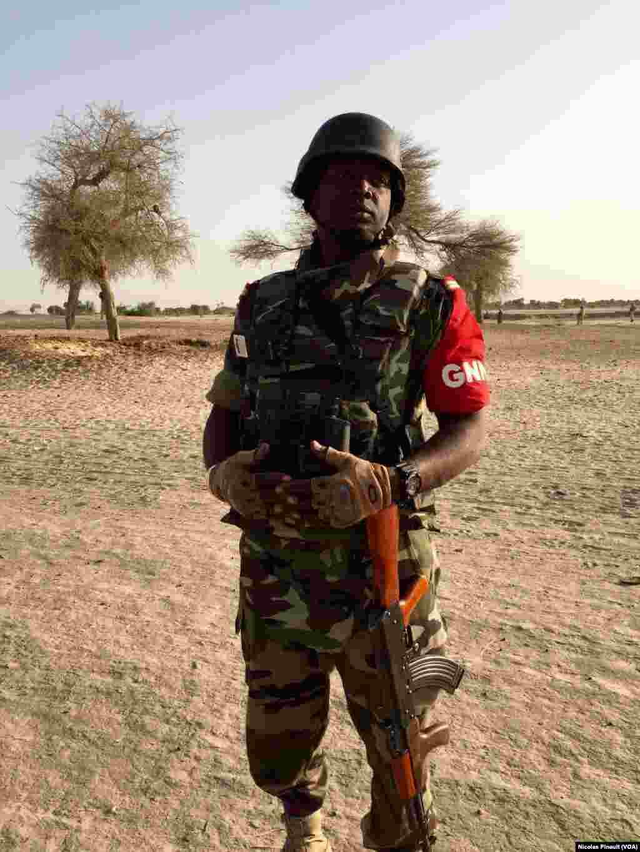 Le lieutenant Moussa Daouda Rabiou, de la Garde nationale du Niger, patrouille le long de la Komadogou, rivière qui sépare le Niger du Nigeria, le 29 février 2016.