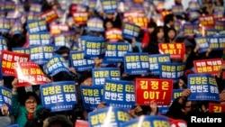 22일 한국 서울역에서 북한의 핵실험을 규탄하기 위애 열린 대규모 시위.