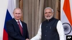 普京(左)在新德里會見了印度總理莫迪(右)
