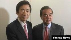 中国外长王毅(右)和韩国外长尹炳世星期六在德国慕尼黑会晤。