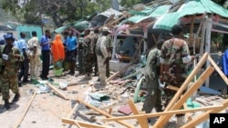 索马里军人在被炸毁的餐厅附近
