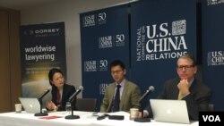 报告三作者在纽约的讨论会上(美国之音方冰拍摄)