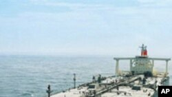 원유를 수송하는 일본의 대형 유조선 (자료사진)