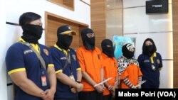 Tiga tersangka anggota sindikat Saracen ditangkap dan siap diseret ke pengadilan oleh aparat Polri. (Foto: Mabes Polri)