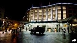 2015年11月21日比利时布鲁塞尔火车站前的军车。