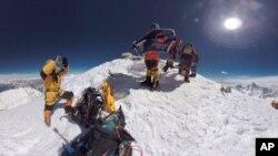 Las celebraciones en la cima del Everest duraron poco —o quizá demasiado— y tres alpinistas han muerto en el camino hacia abajo.
