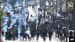 Các lực lượng Israel bắn hơi cay vào những người Palestine biểu tình chống tuyên bố của Tổng thống Mỹ Donald Trump về Jerusalem ngày 7/12/2017.