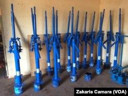 Des pompes à eau prêtent à être installée, à Conakry, le 27 juin 2017. (VOA/Zakaria Camara)