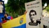 Una mujer sostiene un cartel con la imagen del empresario Alex Saab durante una manifestación por su liberación, en Caracas. Octubre 17, 2021.