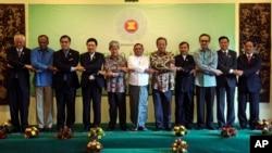 17일 버마에서 열린 아세안 외무장관 회담에 참석한 각 국 정상들이 손을 맞잡고 기념 사진을 촬영하고 있다.