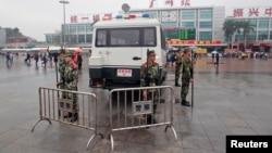 چین کے گوانگ زہو ریلوے سٹیشن پر پولیس اہل کار چاقو حملے کے مقام پر موجود ہیں۔ فائل فوٹو