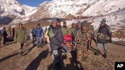 15일 네팔 히말라야 지역에서 폭설로 산사태가 발생한 가운데, 군인들이 부상자들을 이송하고 있다.