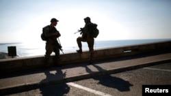 Soldados israelíes montan guardia cerca de la frontera de Rosh Hanikra con Líbano.