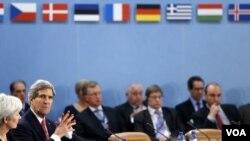 ລັດຖະມົນຕີ ຕ່າງປະເທດ ສະຫະລັດ ທ່ານ John Kerry (ຊ້າຍ) ຮ່ວມກອງປະຊຸມ ບັນດາລັດຖະມົນ ຕ່າງປະເທດ ທີ່ ກຸງບຣັສເຊີລສ໌
