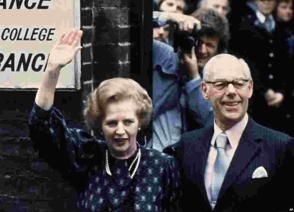 1993년 6월 9일 총선 당시 런던 투표소에서 투표하고 나오는 마가렛 대처 전 영국 총리. 남편 데니스와(오른쪽) 나란히 서 있다.