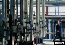 一名中国工人在检查中石化公司在吉林市的一个炼油厂设施。(资料照片)
