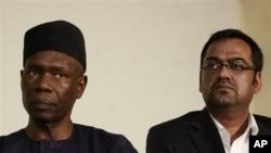 Francis Ogboro (kiri) dan Suhail Faroqui, eksekutif Maskapai Penerbangan Dana Air dalam konferensi pers di Lagos, Nigeria (6/6).