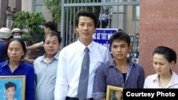 Luật sư Võ An Đôn và gia đình người bị hại sau khi kết thúc một phiên tòa.