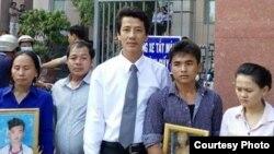 Luật sư Võ An Đôn (giữa) với gia đình em Tu Ngọc Thạch sau khi kết thúc phiên tòa (24/3/2015)