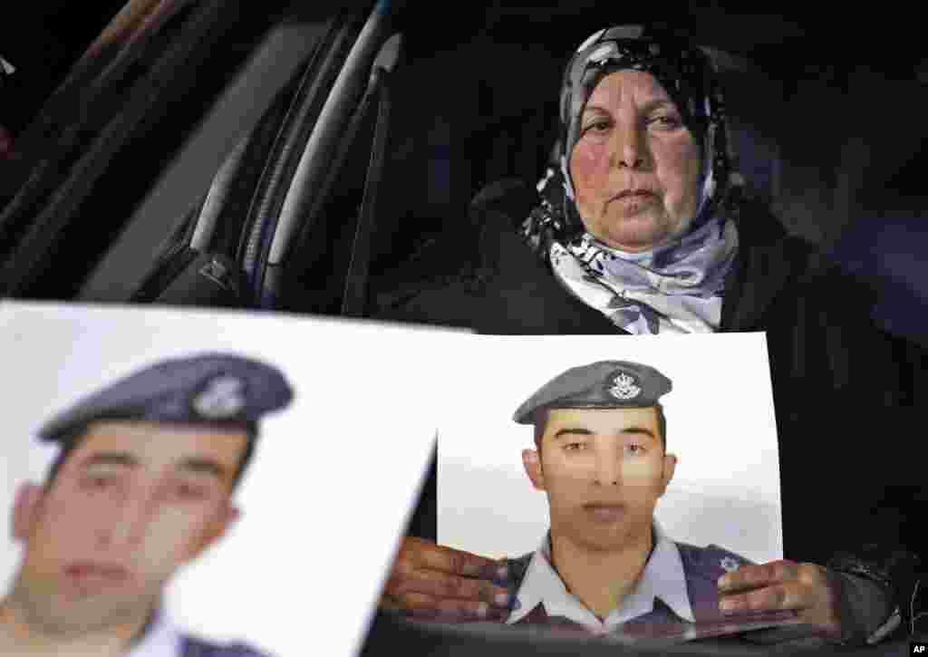 Tiriklayin yoqib yuborilgan pilot Muaz Kasasbiyning onasi uni suratini ushlab turibdi, 27-yanvar, 2015-yil