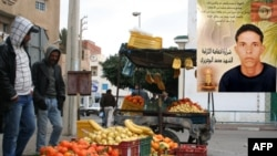 Burada sebze ve meyve satan Buazizi polislerin sık sık kendinden haraç almalarını protesto etmek için üzerine benzin dökerek kendini yakmıştı