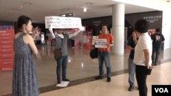 '김 동무는 하늘을 난다'가 상영된 한국만화박물관에서 2명의 남성이 북한 영화 상영에 반대하는 시위를 벌이고 있다.