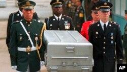 지난 1999년 5월 유엔사 경비대가 경기도 파주 판문점 군사분계선에서 북한군으로부터 넘겨 받은 미군 유해를 운구하고 있다.