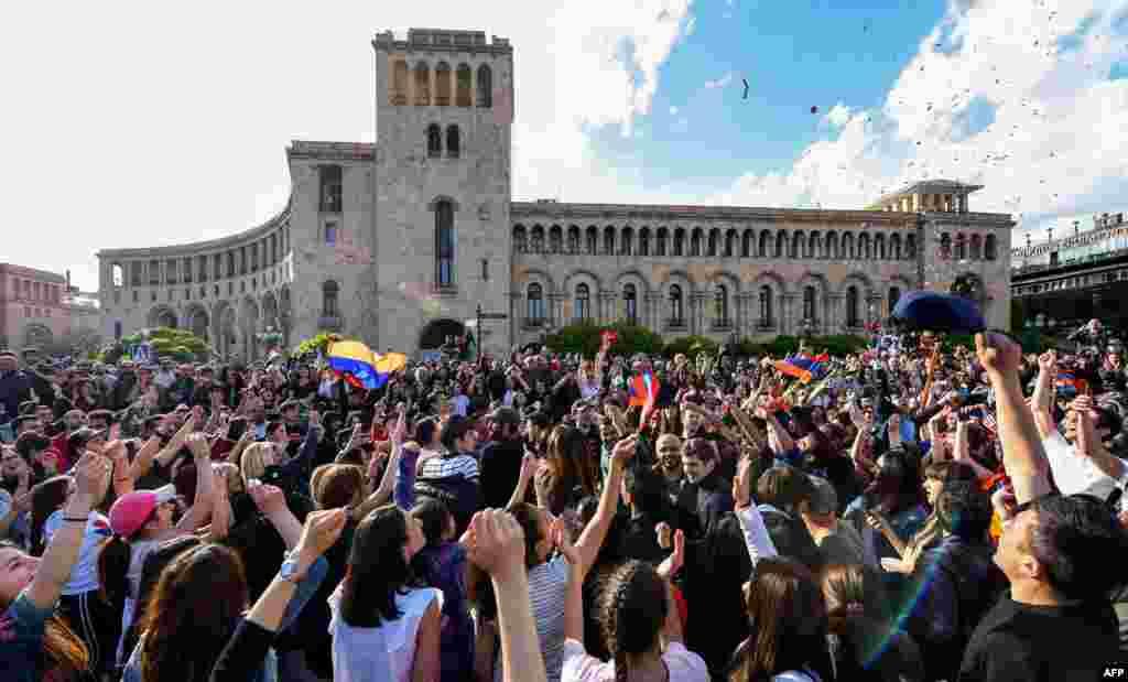 열흘 간 반정부 시위를 계속해온아르메니아 수도예레반 시민들이 세르즈 사르크시안 총리의 사임 발표에 환호하고 있다. 세르즈 사르크시안은 대통령으로 퇴임한 뒤 1주일 만에 다시 총리로 지명돼 퇴진 압력을 받아왔다.